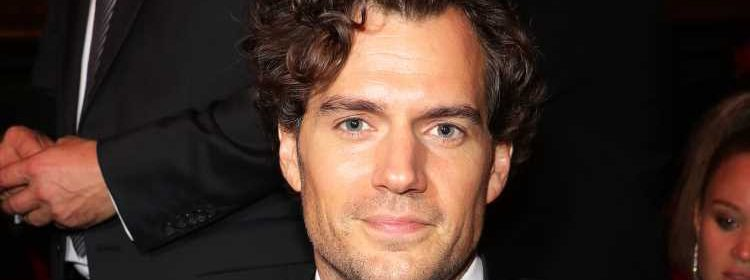 Henry Cavill lifts up shirt to reveal his shredded abs